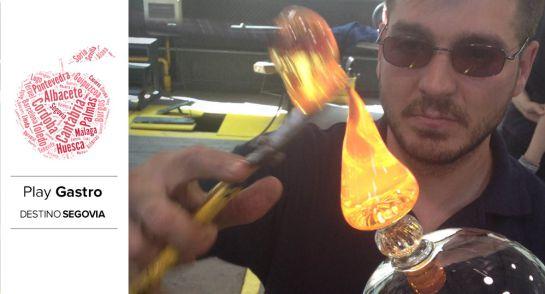 Diego Rodríguez, uno de los artesanos del Museo de la Cristalería, mientras prepara una copa de Borgoña.