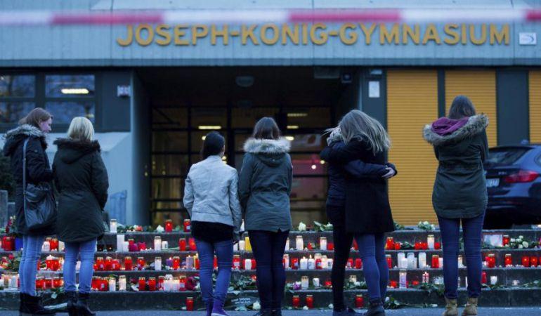 Varios estudiantes colocan velas ante la escuela Joseph-König en Haltern am See, una pequeña localidad cercana a Düsseldorf.
