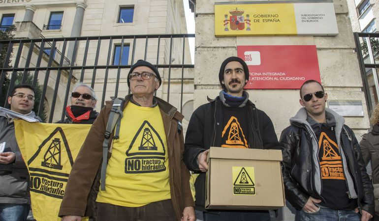 Integrantes de las asambleas contra el 'fracking' de Burgos, Cantabria y Bizkaia presentaron conjuntamente, el 19 de febrero de 2015, las alegaciones contra el permiso de investigación Angosto-1 de la Sociedad de Hidrocarburos de Euskadi (SHESA), que afecta a esas comunidades