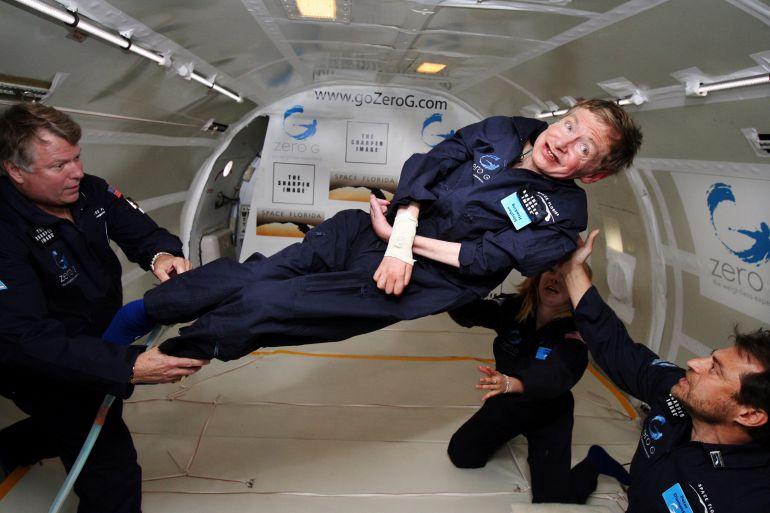 Stephen Hawking fue diagnosticado de ELA a los 21 años. Desde entonces su estado ha agravado progresivamente hasta dejarlo casi completamente paralizado. En esta imagen experimenta la ingravidez en un avión Boeing 727 de NASA. /Wikipedia