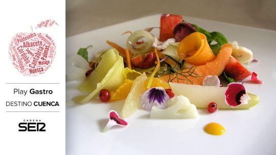 Ensalada de frutas, verduras y flores.