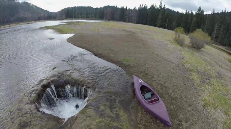 El misterioso agujero sin fondo que drena un lago en EE.UU.