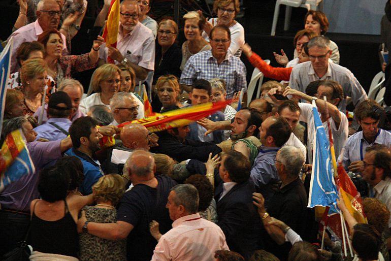 Rajoy se enfrenta a la realidad en su primer incidente de campaña