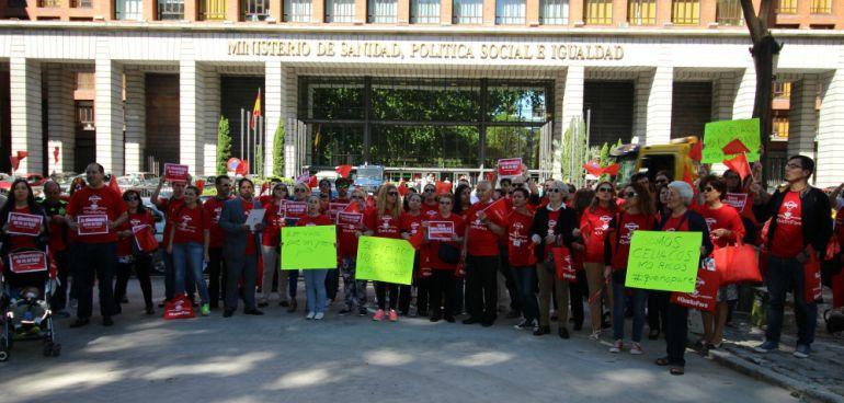 Miembros de Celiacos en Acción, tras la entrega de firmas en el Ministerio de Sanidad (Autor: change.org)