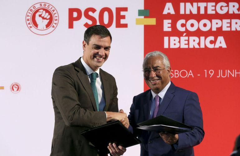 El secretario general del PSOE, Pedro Sánchez, y el secretario general del PS portugués, António Costa.