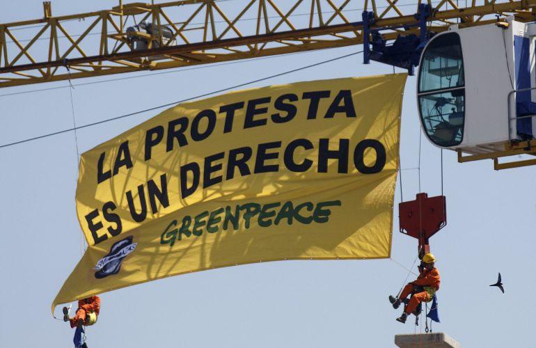 Activistas de Greenpeace protestan ante la aprobación de la conocida como 'Ley Mordaza'.