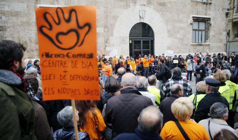 Plataformas y colectivos de discapacitados y dependientes se concentran ante el Palau de la Generalitat para denunciar los cumplimientos en la aplicación de ley de la Dependencia.