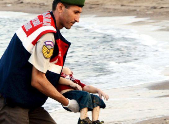 El pequeño Aylan, en brazos de uno de los voluntarios turcos.