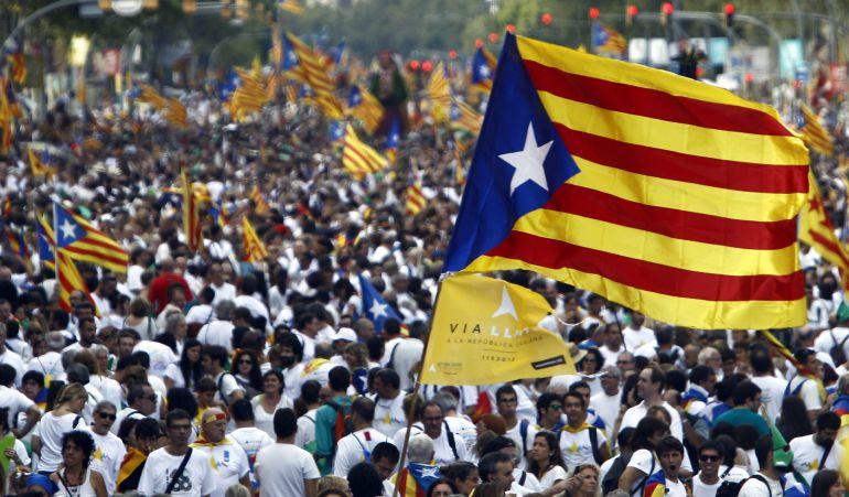 Miles de personas en la avenida Meridiana de Barcelona durante la manifestación por la Diada de Cataluña