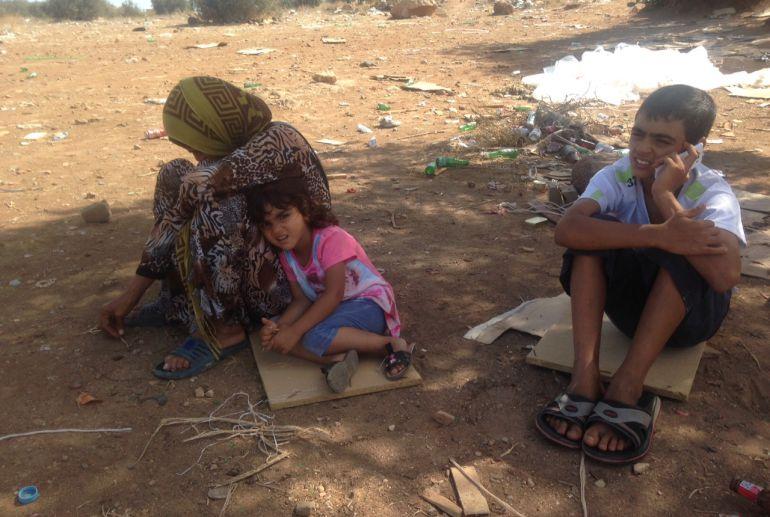 Sabha y dos de sus hijos esperando junto al Barrio Chino a ver si su marido y otros 3 hijos que siguen en Nador pueden cruzar a Melilla. Por la tarde lo intentaron por Beni Enzar pero los marroquíes tampoco se lo permitieron. Llevan 23 días separados