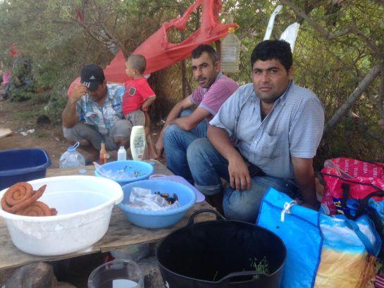 Nihat, kurdo sirio que ha montado un puesto de Falafel frente a la puerta del CETI