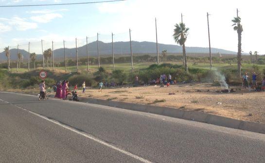 Kurdos sirios solicitantes de asilo frente al CETI. Algunos esperan más de 3 meses ser trasladados a la península