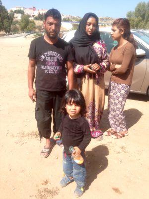 Muhyiadden y su familia, en la puerta del Centro del que quieren salir hacia la Península lo antes posible
