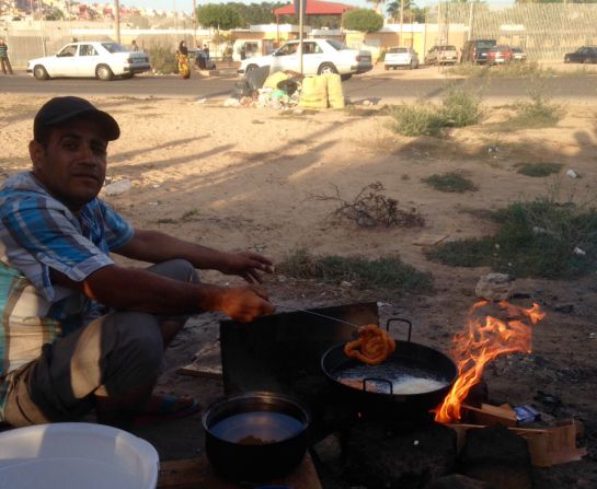 Kurdos sirios han montado puestos informales de comida en la puerta del CETI