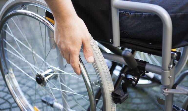 Sanidad restringe las ayudas a los discapacitados para sillas de ruedas