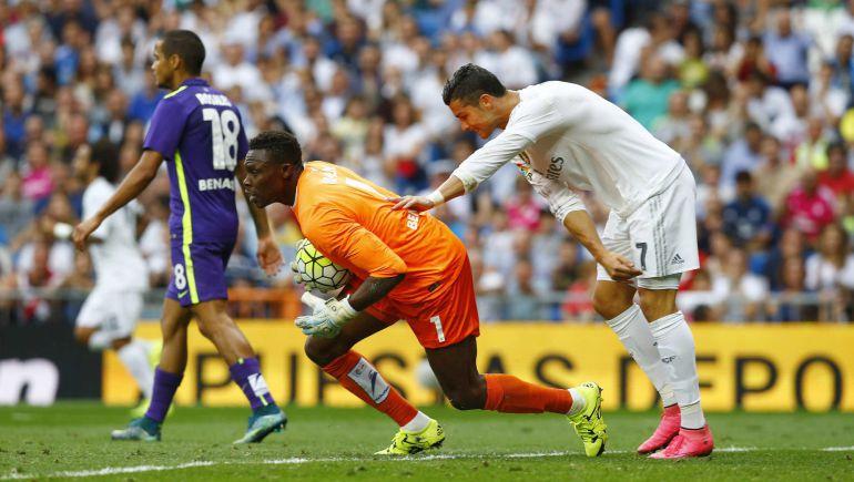 Cristiano Ronaldo se lamenta ante la mirada de Kameni