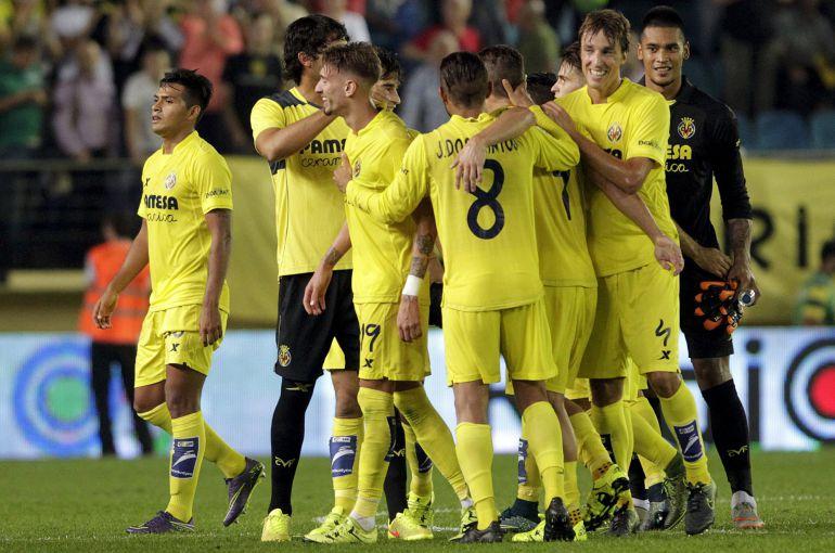 Los jugadores del Villarreal celebra la victoria ante el Atlético de Madrid