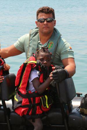 Pilar en la barca de los GEAS, junto a Javier