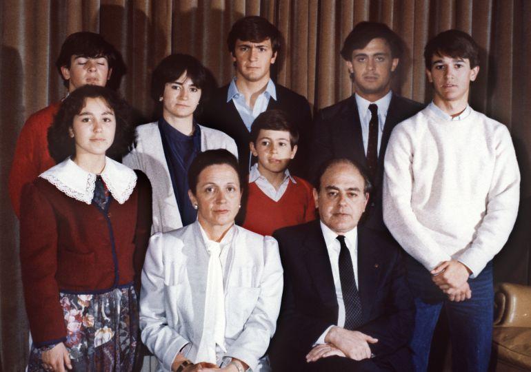 Foto familiar fechada en 1986 en Barcelona: Jordi Pujol y su esposa, Marta Ferrusola posan con sus siete hijos: Mireia, a la dch. de su madre; Oriol, detrás; Marta; Josep, con camisa azul; Jordi; Pere y Oleguer.