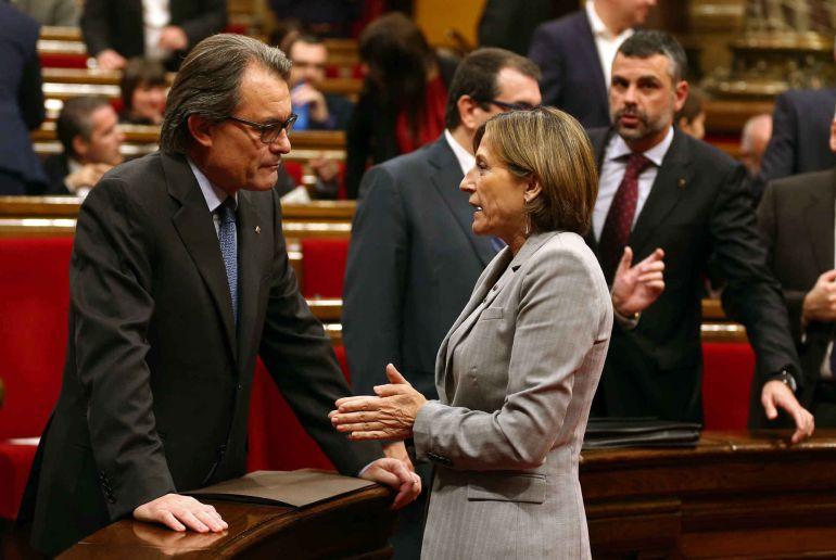 El presidente de la Generalitat en funciones, Artur Mas, conversa con la presidenta del Parlament, Carme Forcadell