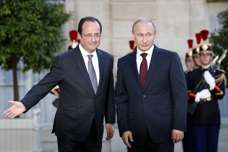 El presidente francés, Francois Hollande (i), saluda a su homólogo ruso, Vladímir Putin, durante una reunión el 5 de junio de 2014,