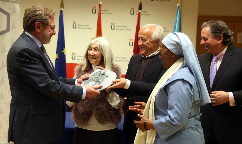 Juan Luis Cebrián recibe el premio que otorga el Foro Ecuménico Social