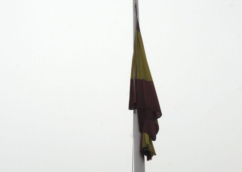 Bandera a media asta por el policía leones Isidro Gabino San Martín, fallecido en el atentado de ayer en Kabul (Afganistán).
