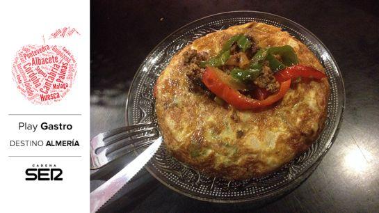 La Tortilla La Mala lleva pimientos, carne picada y, opcionalmente, ¡picante!