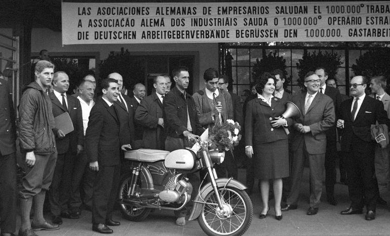 Alemania da la bienvenida al Gastarbeiter número 1.000.000, obsequiándole con flores y una motocicleta.