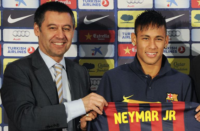 Josep María Bartomeu y Neymar, durante la presentación del futbolista brasileño.