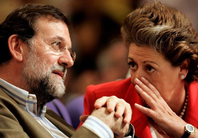 El presidente nacional del PP, Mariano Rajoy, conversa con la alcaldesa de Valencia, Rita Barberá, durante la segunda jornada de la convención regional del PPCV 2006 el 28 de mayo de 2006.