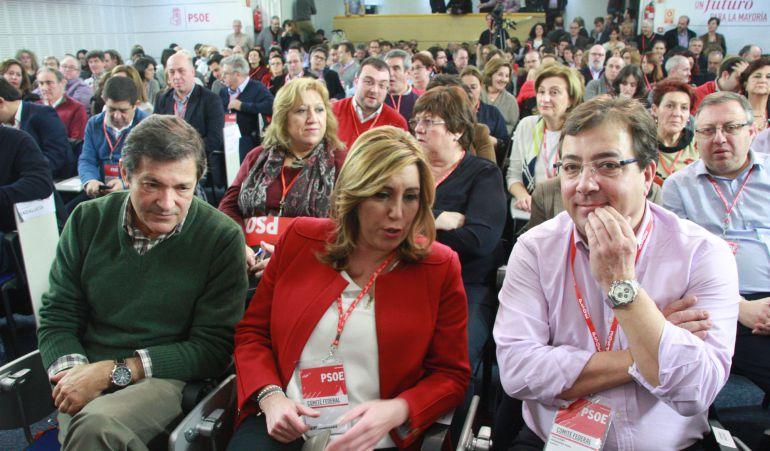 Susana Díaz flanqueada por Guillermo Fernández Vara y Javier Fernández este sábado en el Comité Federal del PSOE