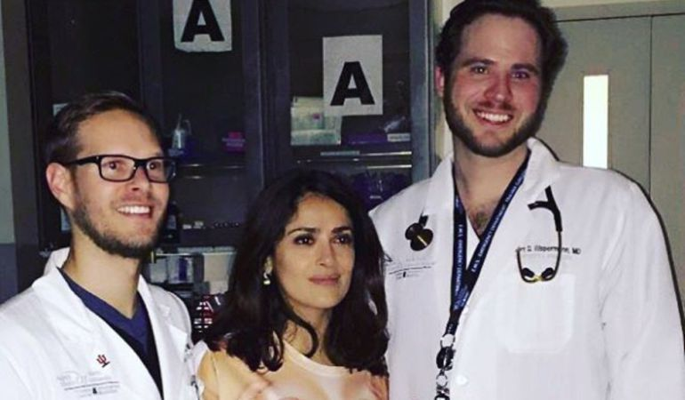 """Salma Hayek se lesiona en un rodaje y acude al hospital con una camiseta """"completamente inapropiada"""""""