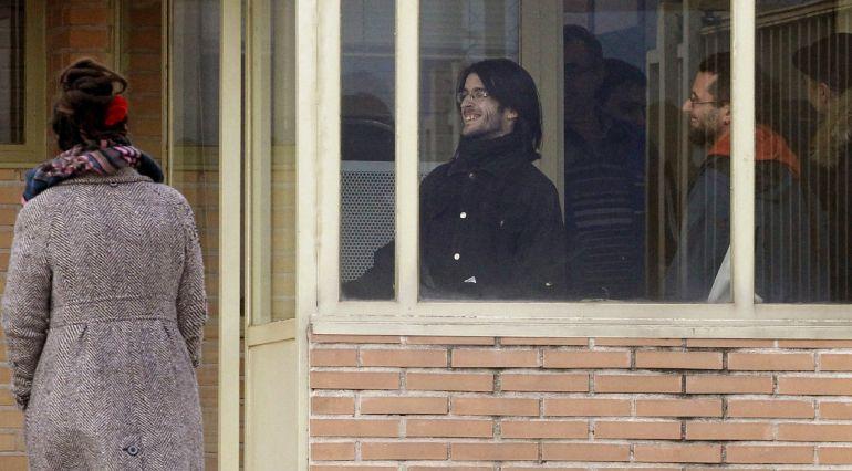 Raúl García Pérez (d), de 34 años, y Alfonso Lázaro de la Torre (c), de 29, los dos titiriteros encarcelados desde el pasado sábado acusados de ensalzar a ETA y Al Qaeda en un espectáculo de carnaval celebrado en Madrid, a su salida de la cárcel de Soto del Real (Madrid)