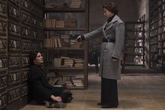 Amelia (Aura Garrido) apunta a Aurora (Natalia Millán) en 'El Ministerio del Tiempo'; dos mujeres enfrentadas por defender lo que creen más justo