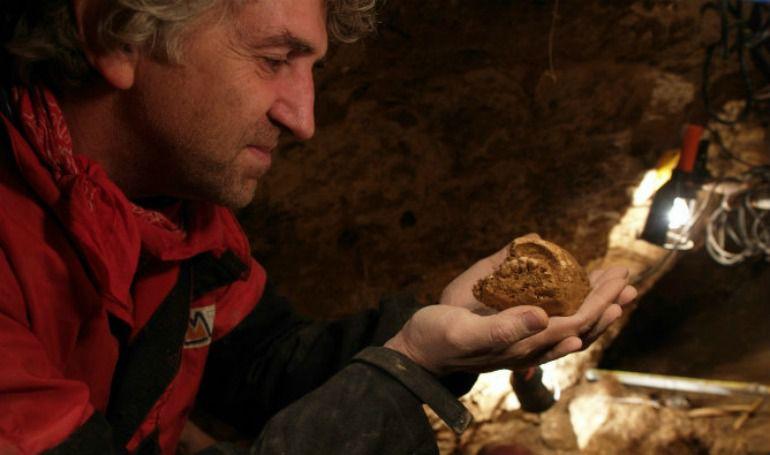 La revista científica Nature publica hoy los resultados de un estudio que relaciona a los habitantes de la Sima de los Huesos, en los yacimientos de Atapuerca, con los neandertales.