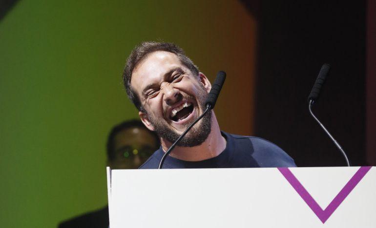 """El cantante El Langui recoge el premio """"Al mejor álbum"""" durante la octava edición de los Premios MIN que concede la industria musical independiente, hoy en el Teatro Nuevo Apolo de Madrid"""