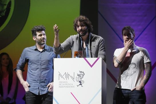"""El grupo Izal recoge el premio """"A la canción del año"""" durante la octava edición de los Premios MIN que concede la industria musical independiente"""