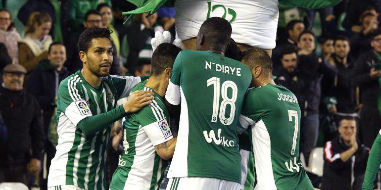 Los jugadores del Real Betis, celebran el primer y único gol del equipo.