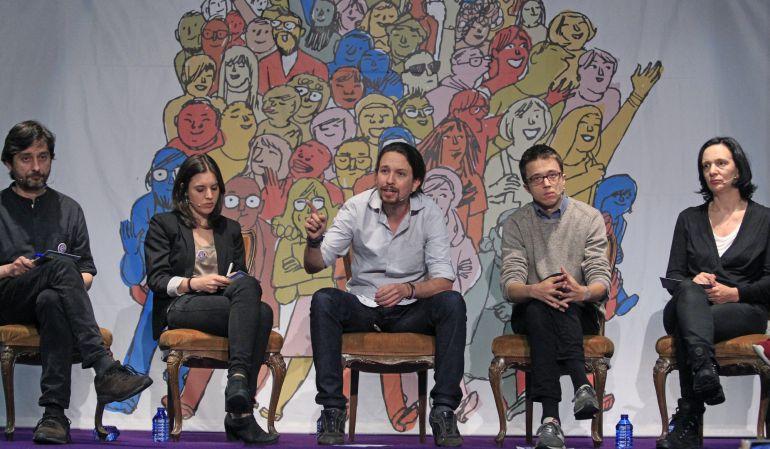 El líder de Podemos, Pablo Iglesias (c), junto al secretario político, Íñigo Errejón (2d), y los miembros de la formación, Rafael Mayoral (i), Irene Montero (2i) y Carolina Bescansa (d).