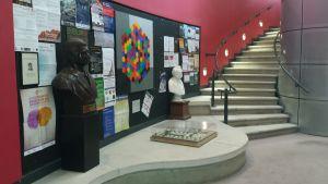 Hall de entrada del Centro para Estudios Matemáticos de la Universidad de Cambridge (Reino Unido) donde trabaja el astrofísico Stephen Hawking rodeado de decenas de colegas y estudiantes.