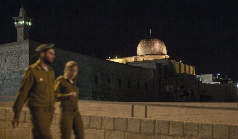 Soldados israelíes caminan junto a la mezquita de Al Aqsa, durante un acto del Muro Occidental de la ciudad antigua de Jerusalén.