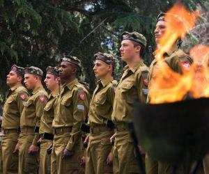 Soldaros israelíes, en el cementerio militar del monte Herzl, en Jerusalén.