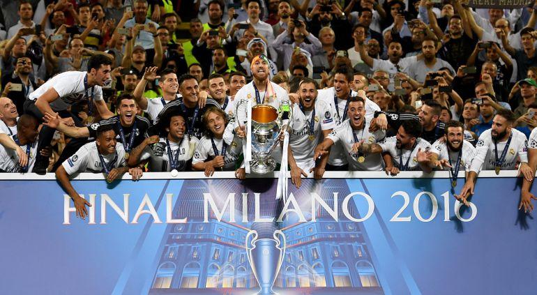 Resultado de imagen de FOTO RAMOS LEVANTANDO LA CHAMPIONS MILAN