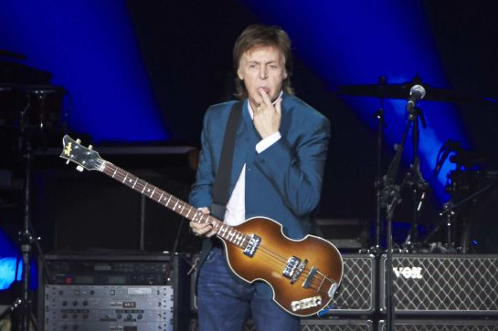 Paul McCartney bromea en un momento del concierto en el Calderón.