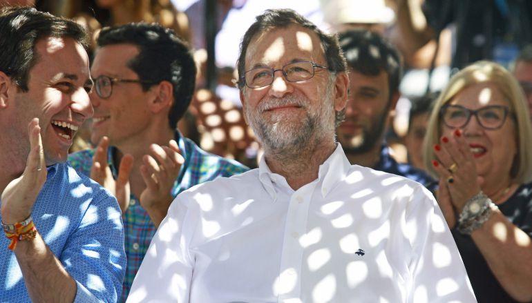 El presidente del Gobierno en funciones, Mariano Rajoy, durante un acto de campaña electoral que el PP ha celebrado hoy en Soller (Mallorca).
