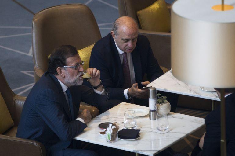 Mariano Rajoy y Jorge Fernandez Díaz, poco antes de su intervención en un foro organizado en Barcelona por 'El Periódico de Catalunya'