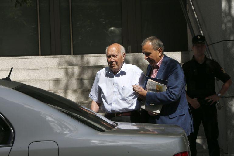 Álvaro Lapuerta,iz., tesorero del PP entre 1993 y 2008 e investigado por la supuesta financiación ilegal del Partido Pupular, a su salida de la Audiencia Nacional