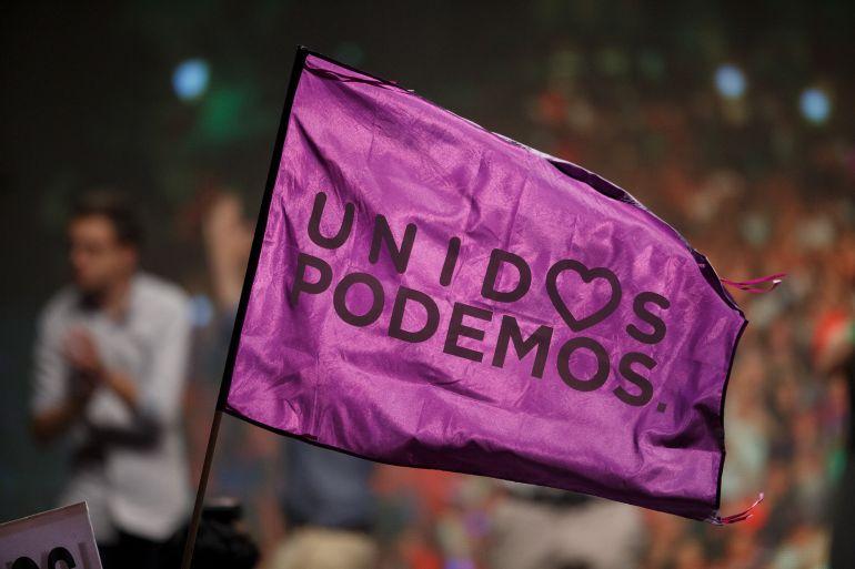 Una bandera de Unidos Podemos durante el acto tras el 26-J