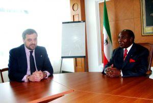 Gustavo de Arístegui y el entonces primer ministro de Guinea Ecuatorial, Ignacio Milam Tang, el 15 de noviembre de 2010.